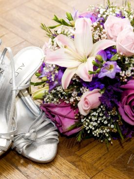 Poročni šopek in poročni čevlji