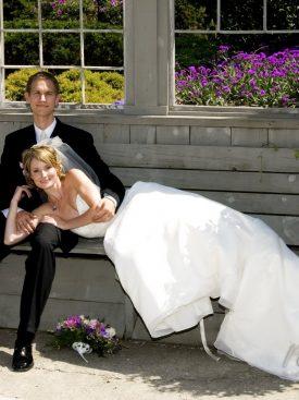 Poročni par na klopi