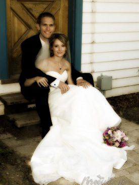 Poročni par na stopnicah