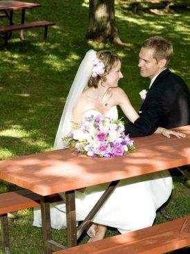 Poročni par pod drevesom